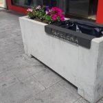 El Ayuntamiento de Elda y FOBESA instalan 70 papeleras diseñadas para ser acopladas en las jardineras de la ciudad
